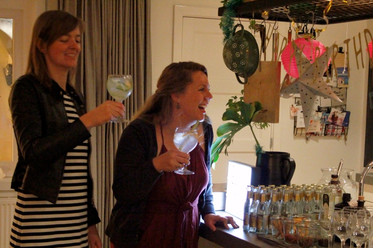 Gin tonic bar friends