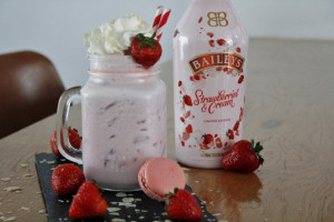 Boozy Strawberry Cheesecake Milkshake foto
